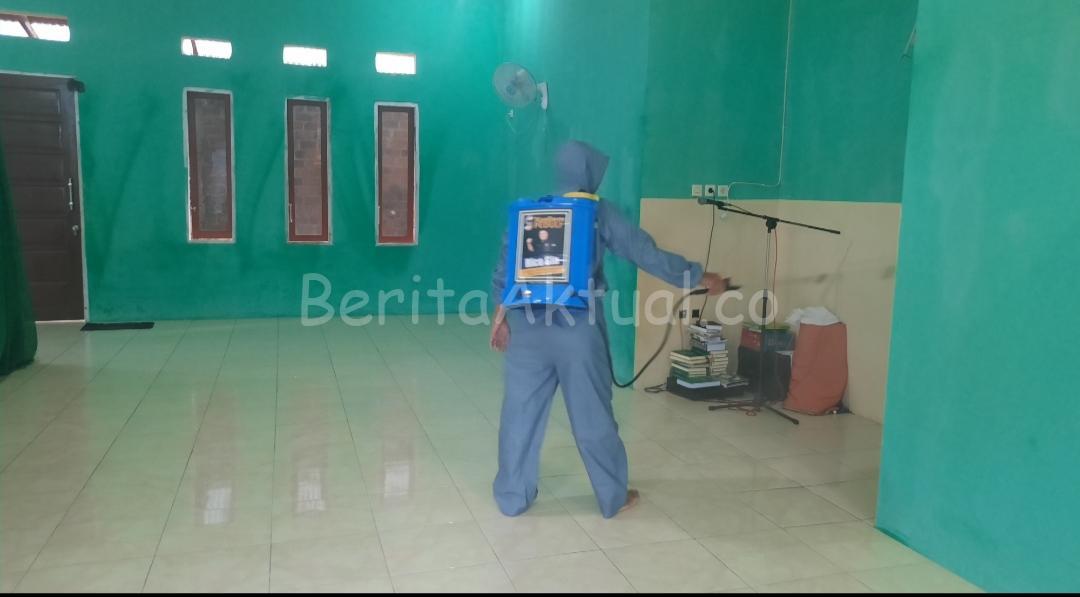Sahabat Rico Sia Datangi Mushola Rahmad Fadhilah Kilo 14 Semprotkan Desinfektan, Warga Beri Apresiasi 2 20200324 192016