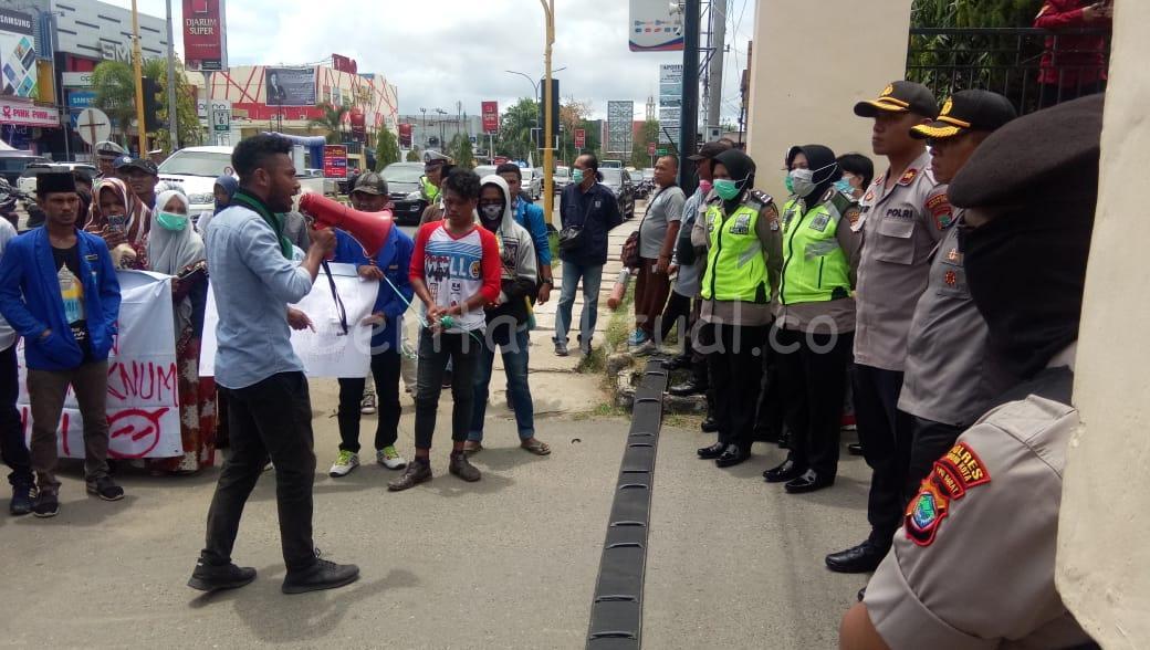 Mahasiswa Demo Polres Sorong Kota Minta Oknum Polisi Yang Bertindak Represif Dipecat 7 IMG 20200320 WA0139