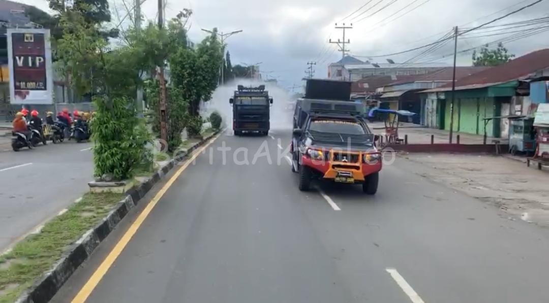 Brimob Polda PB Semprotkan Desinfektan di Jalan Utama Manokwari 5 IMG 20200325 WA0017