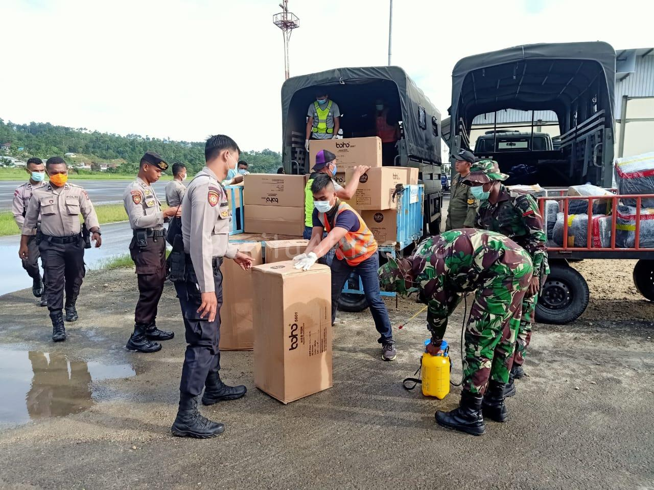 Bantuan Dari Pemerintah Pusat 2000 APD dan 10.000 Masker Tiba di Manokwari 1 IMG 20200403 WA0016