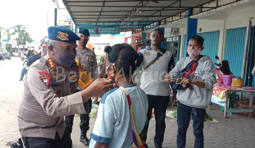 Brimob Polda PB Bagi 1.000 Masker Kain Untuk Mama Papua Dan Semprot Desinfektan 1 IMG 20200413 WA0082