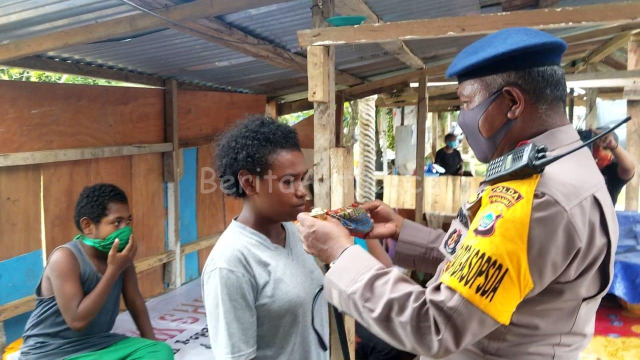 Brimob Polda PB Bagi 1.000 Masker Kain Untuk Mama Papua Dan Semprot Desinfektan 2 IMG 20200413 WA0084