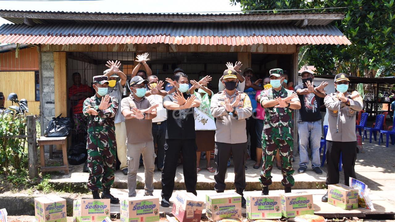 Polda Papua Barat Bersama Kodam XVIII Kasuari, Bagi-Bagi Sembako di Sanggeng 1 IMG 20200415 WA0033