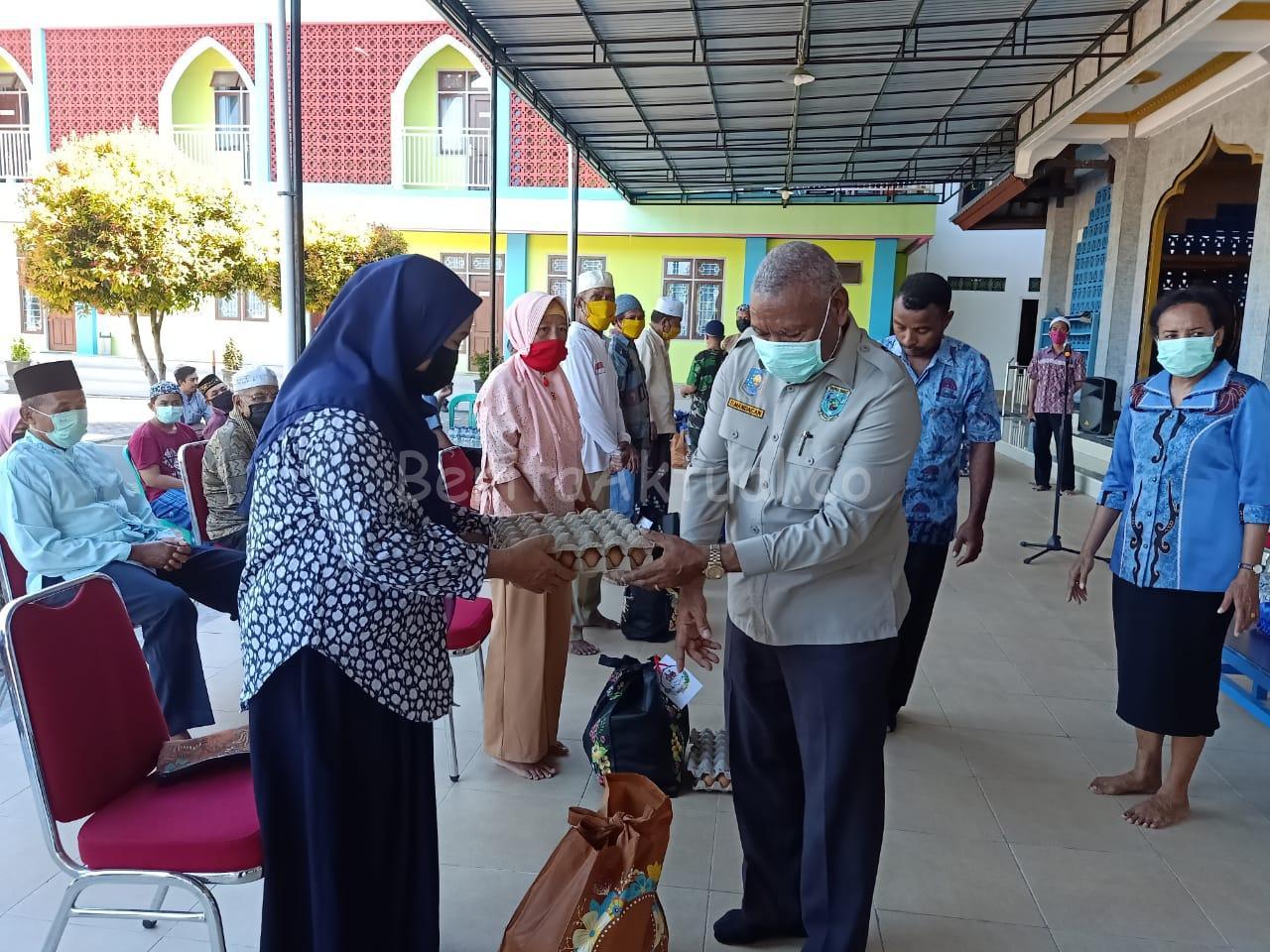 Peduli Umat, Keluarga Mandacan-Kiriweno Serahkan 1.250 Paket Bapok ke Gereja Dan Masjid 2 IMG 20200416 WA0055 1