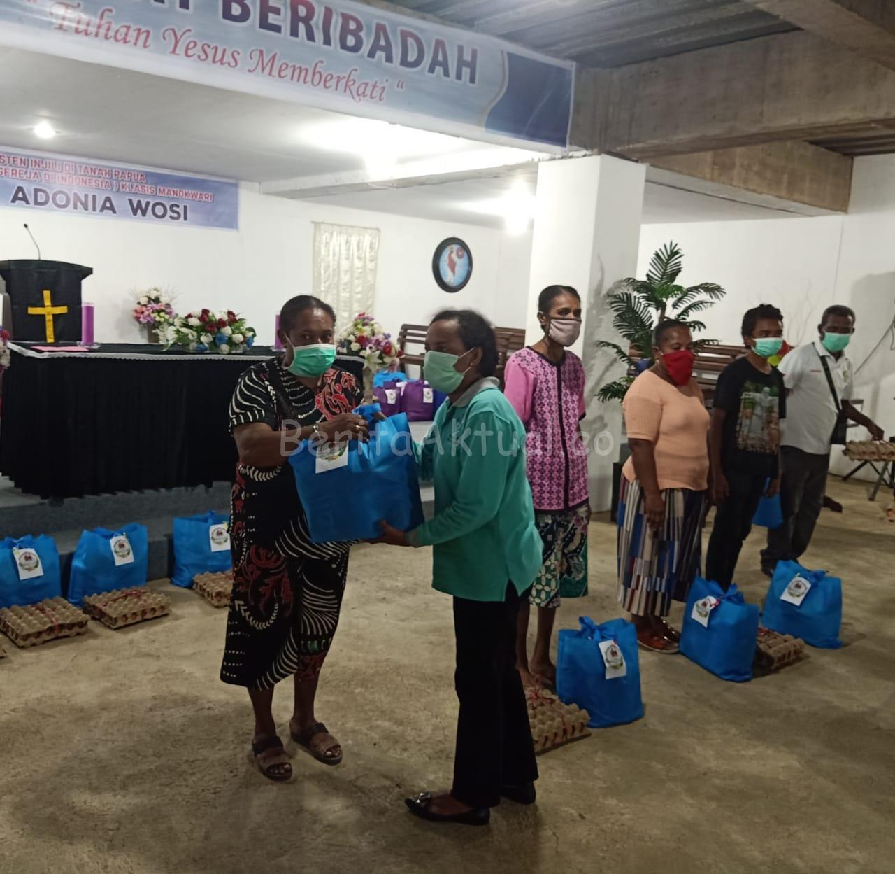 Lagi, Keluarga Mandacan -Kiriweno Serahkan 521 Paket Bama ke Ratusan Umat di Manokwari 2 IMG 20200418 WA0036