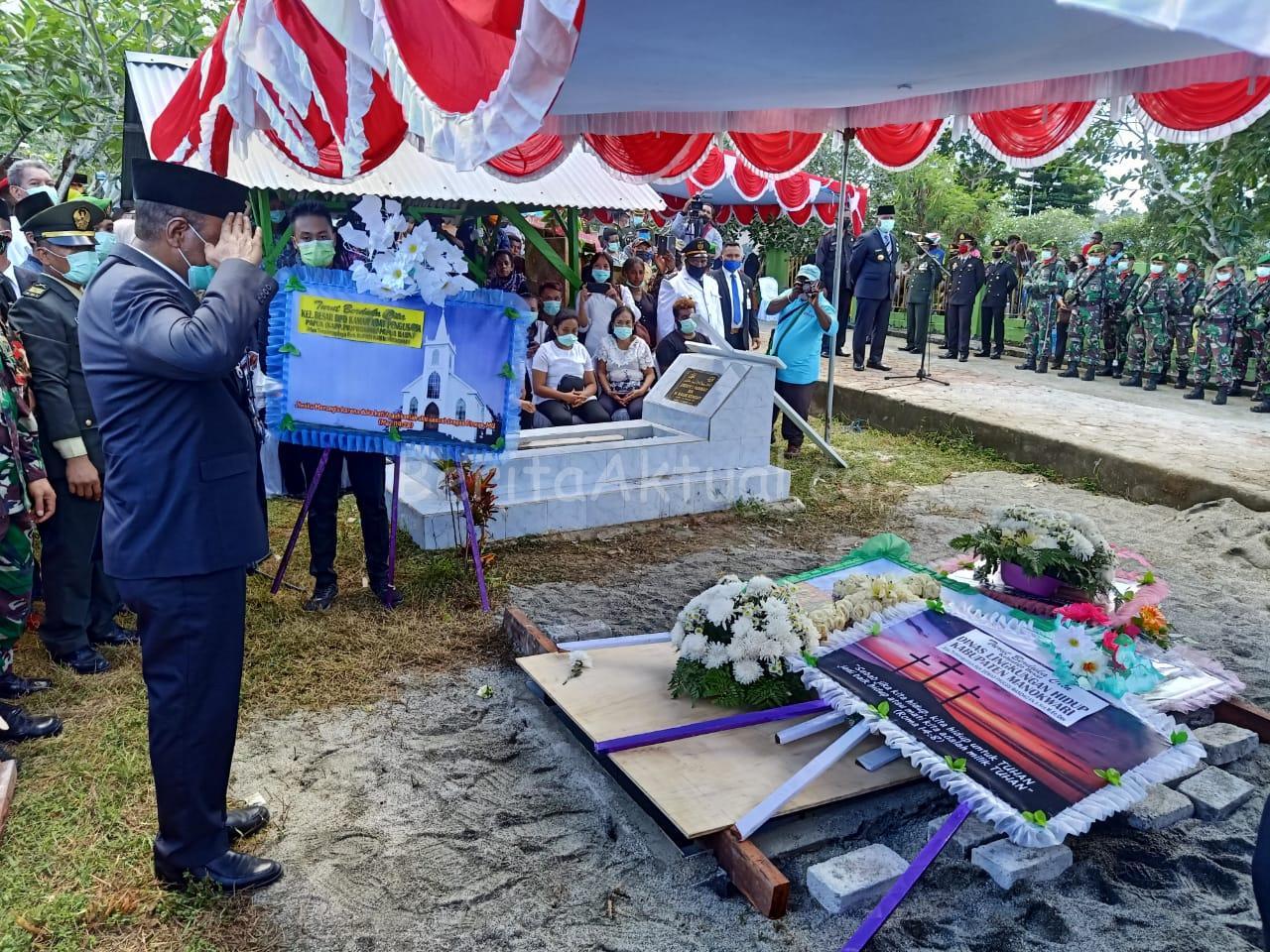 Gubernur PB, Pimpin Pemakaman Alm. Bupati Manokwari Demas Paulus Mandacan 2 IMG 20200423 WA0035 1