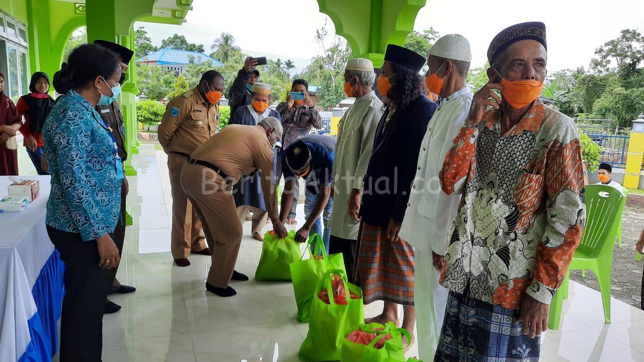 Gubernur PB Serahkan 2.553 Paket Bama Untuk Masyarakat Kabupaten Mansel 2 IMG 20200512 WA0000