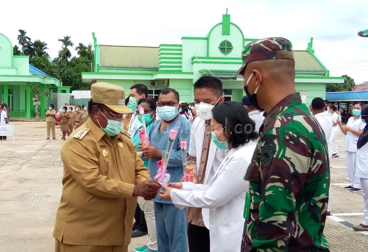 Walikota Beri Bunga Dan Coklat Untuk Tenaga Medis di Kota Sorong 6 IMG 20200622 WA0017