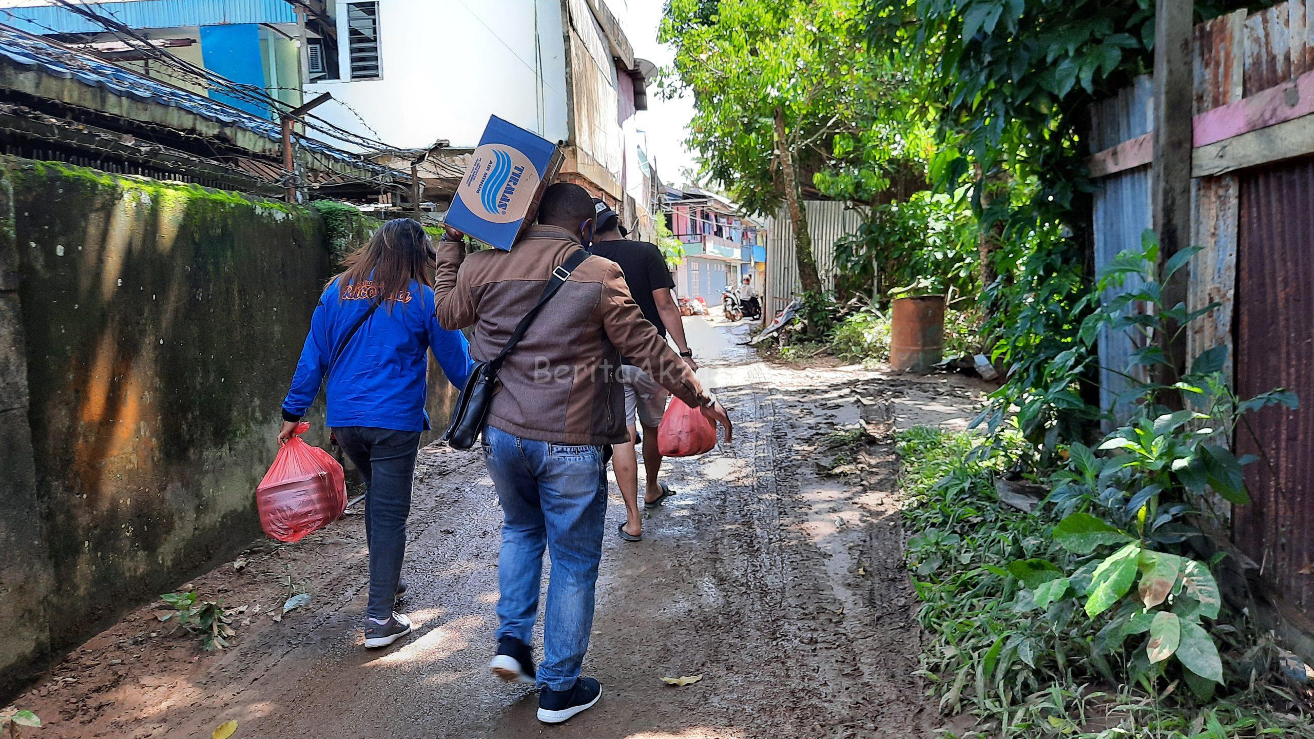 Peduli Korban Banjir, Sahabat Rico Sia Bagi Ribuan Nasi Kotak 2 20200717 130711 scaled