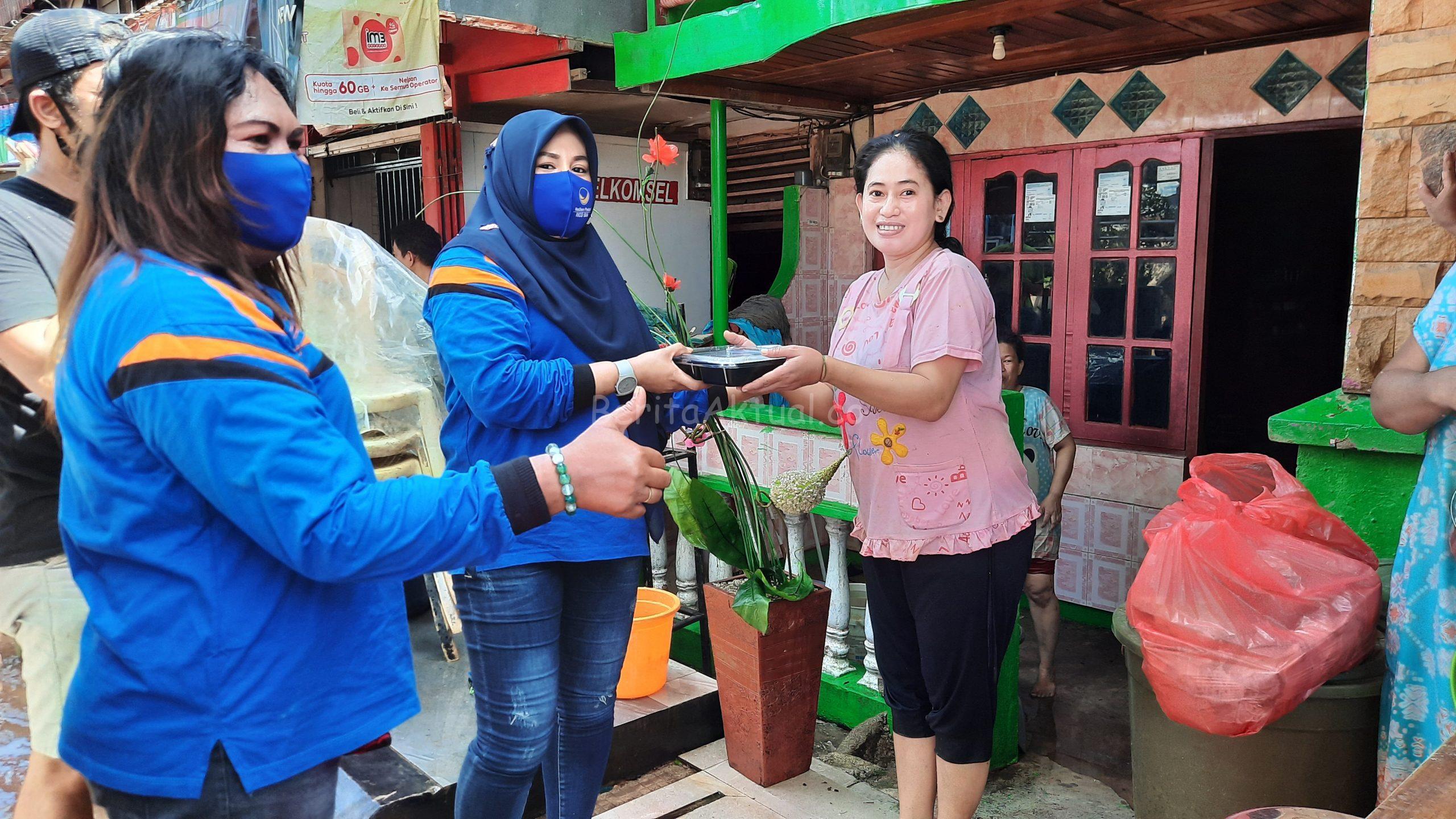 Peduli Korban Banjir, Sahabat Rico Sia Bagi Ribuan Nasi Kotak 1 20200717 134558 scaled