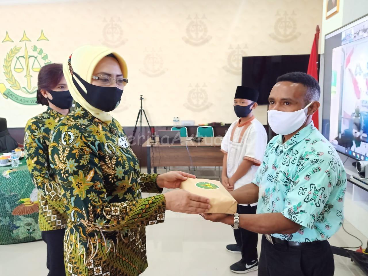HUT Adhyaksa ke 60, Kejati Papua Barat Bagikan 1.090 Paket Sembako 1 IMG 20200715 WA0019