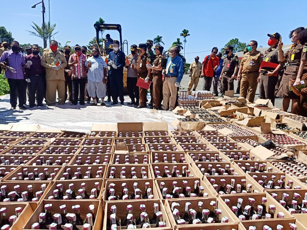 Kejati Papua Barat Musnahkan 4.041 Botol Miras Dan Belasan Bungkus Ganja 1 IMG 20200720 WA0038