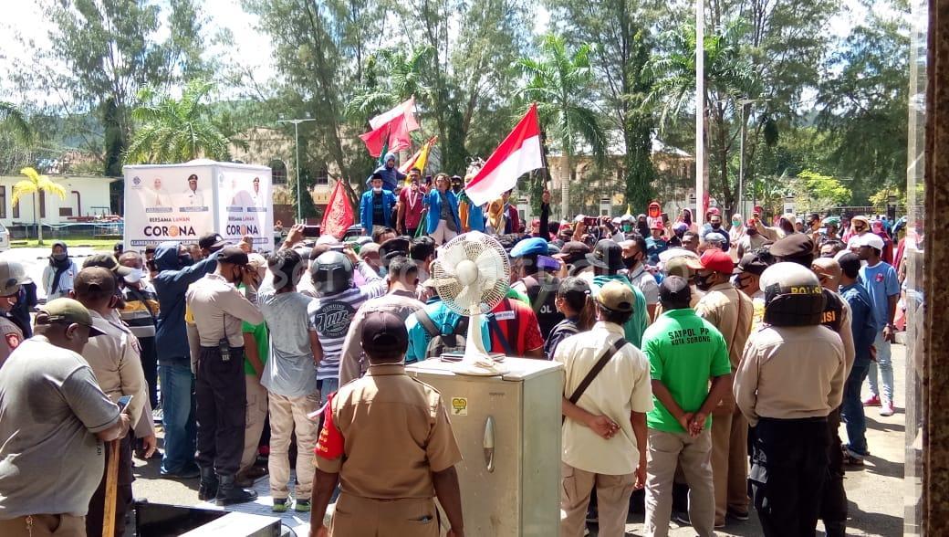 Bawa Barang Elektronik Rusak, Massa Demo di Kantor Walikota Sorong 1 IMG 20200730 WA0048