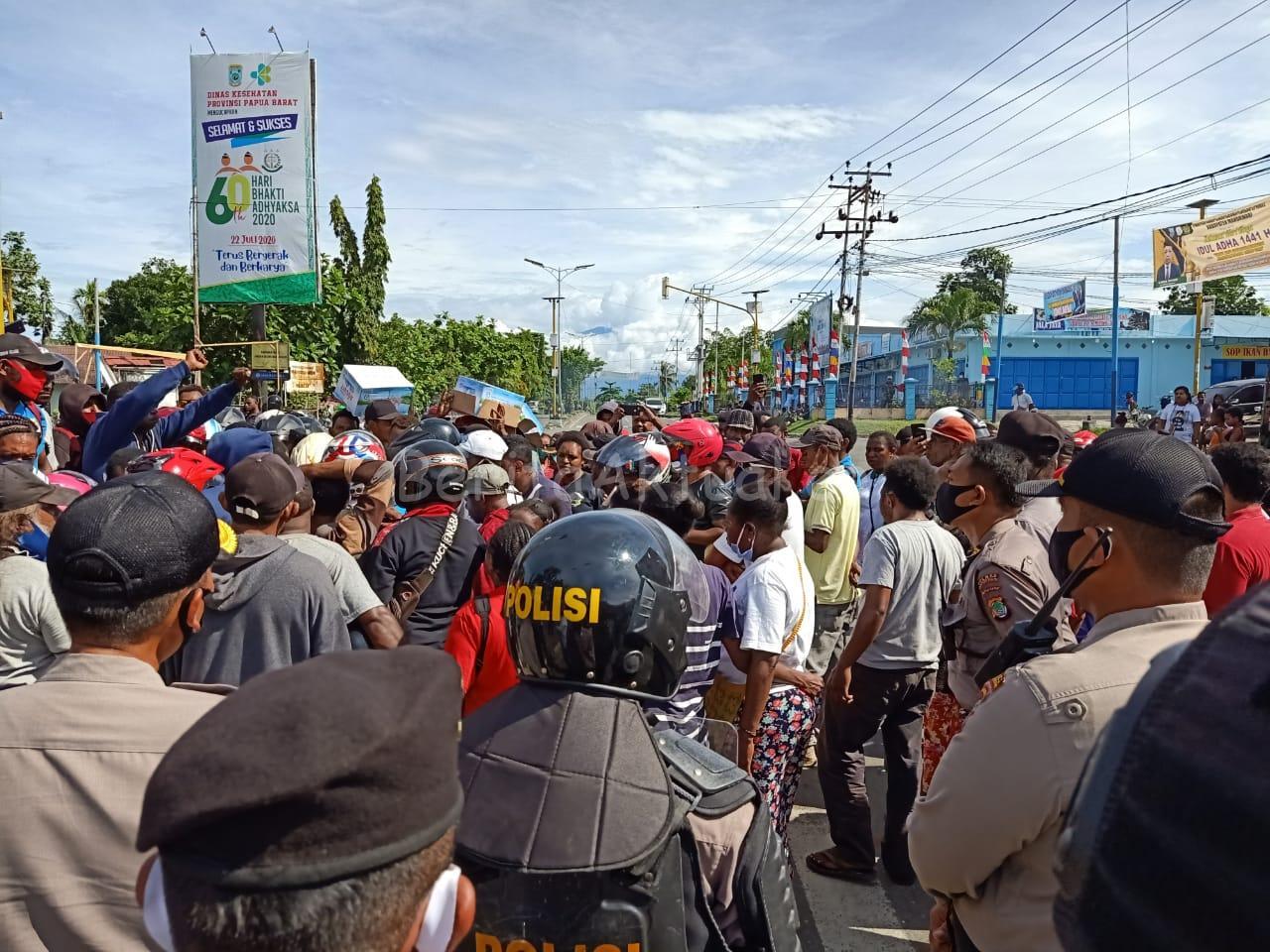 Kecewa Hasil Tes CPNS Manokwari, Pencaker Gelar Orasi Dan Bakar Ban di Sanggeng 16 IMG 20200731 WA0064