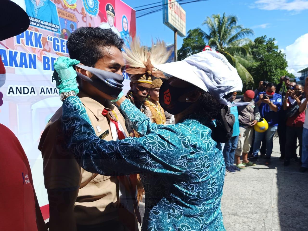PKK Papua Barat Bagikan 10.000 Masker Kepada Pengendara di Manokwari 1 IMG 20200817 WA0163