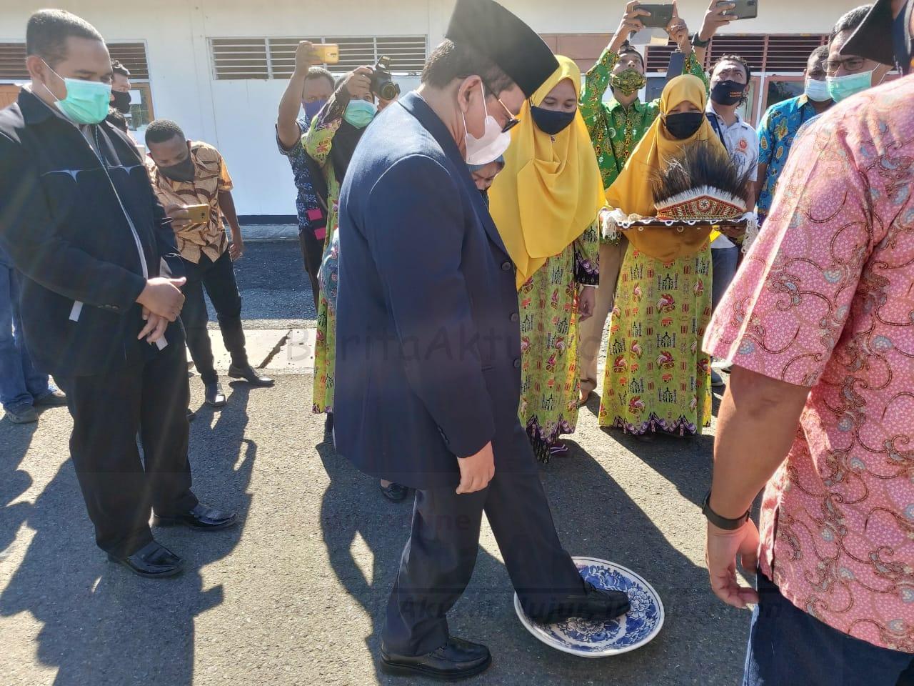 Tiba di Manokwari, Wakil Menteri Agama Disambut Prosesi Adat Injak Piring 2 IMG 20200821 WA0007