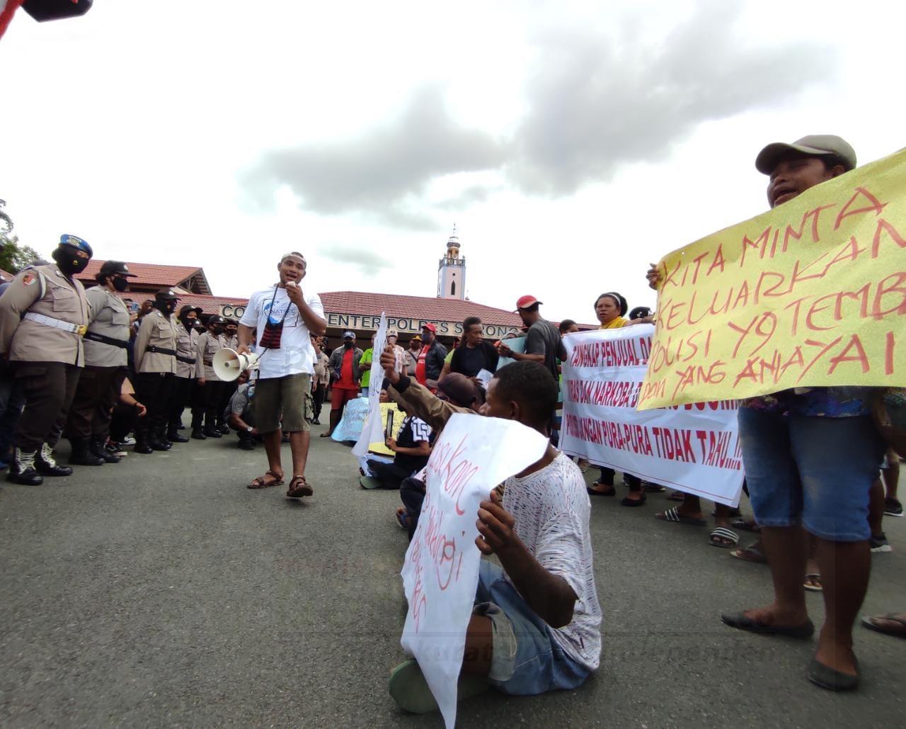 Belum Bisa Terima Kematian R, Keluarga Korban Bersama Warga Pulau Doom Gelar Aksi di Polres Sorong Kota 2 IMG 20200831 WA0020