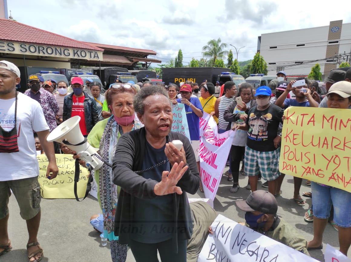 Belum Bisa Terima Kematian R, Keluarga Korban Bersama Warga Pulau Doom Gelar Aksi di Polres Sorong Kota 1 IMG 20200831 WA0021