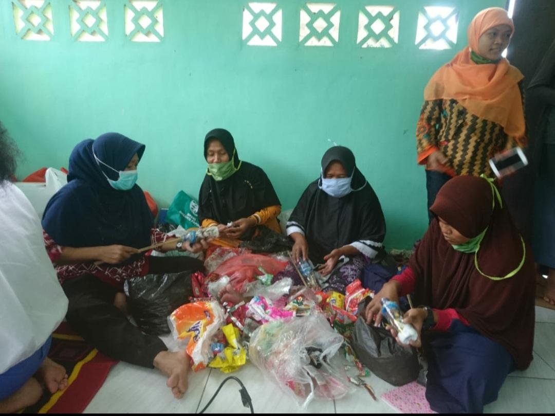 DPPU Pattimura Dampingi Warga Daur Ulang Sampah Jadi Produk Bernilai Ekonomis 2 20200913 100729