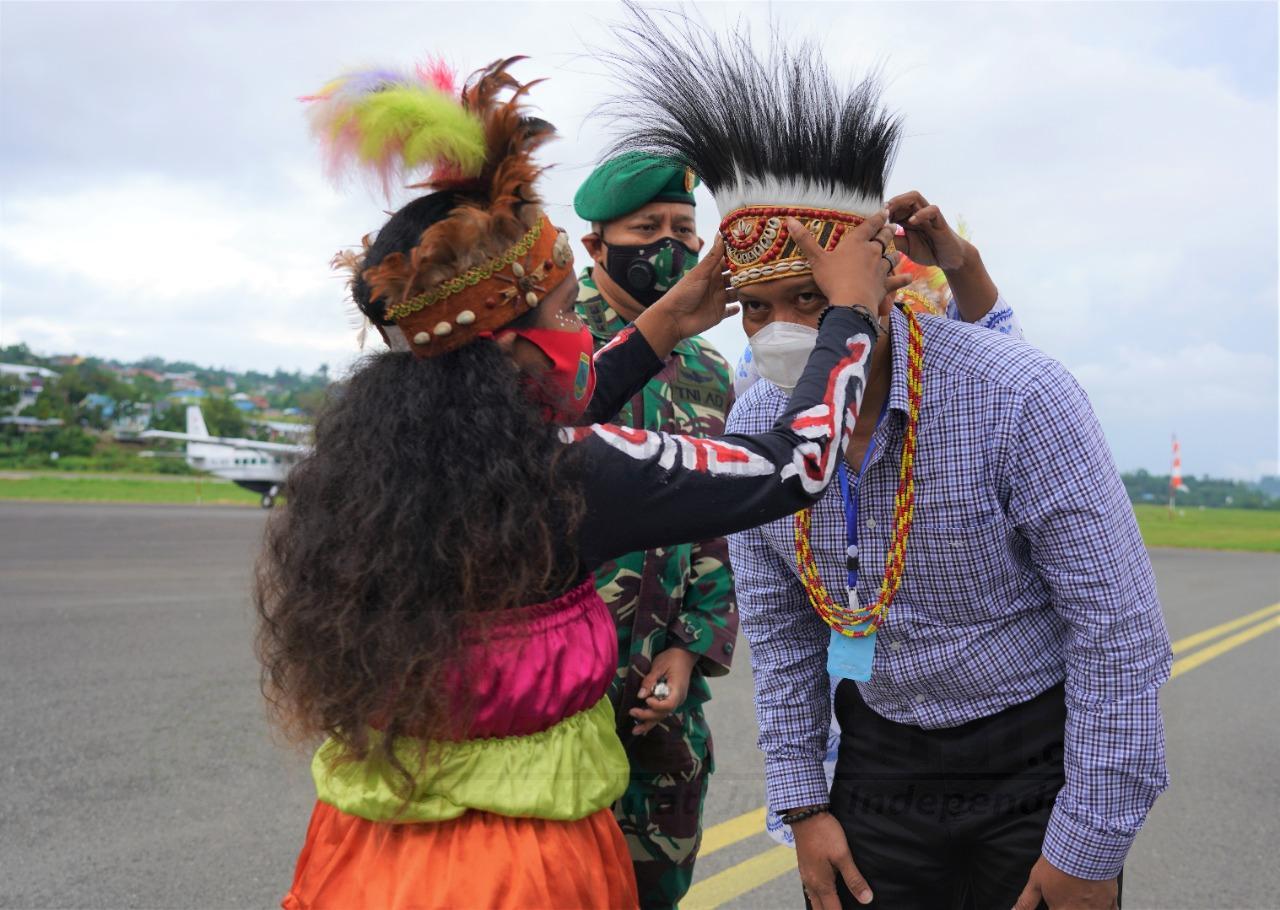 Tiba di Manokwari, Pangdam XVIII Kasuari I Nyoman Cantiasa Disambut Tarian Adat Dan Injak Piring 1 IMG 20200913 WA0010 1