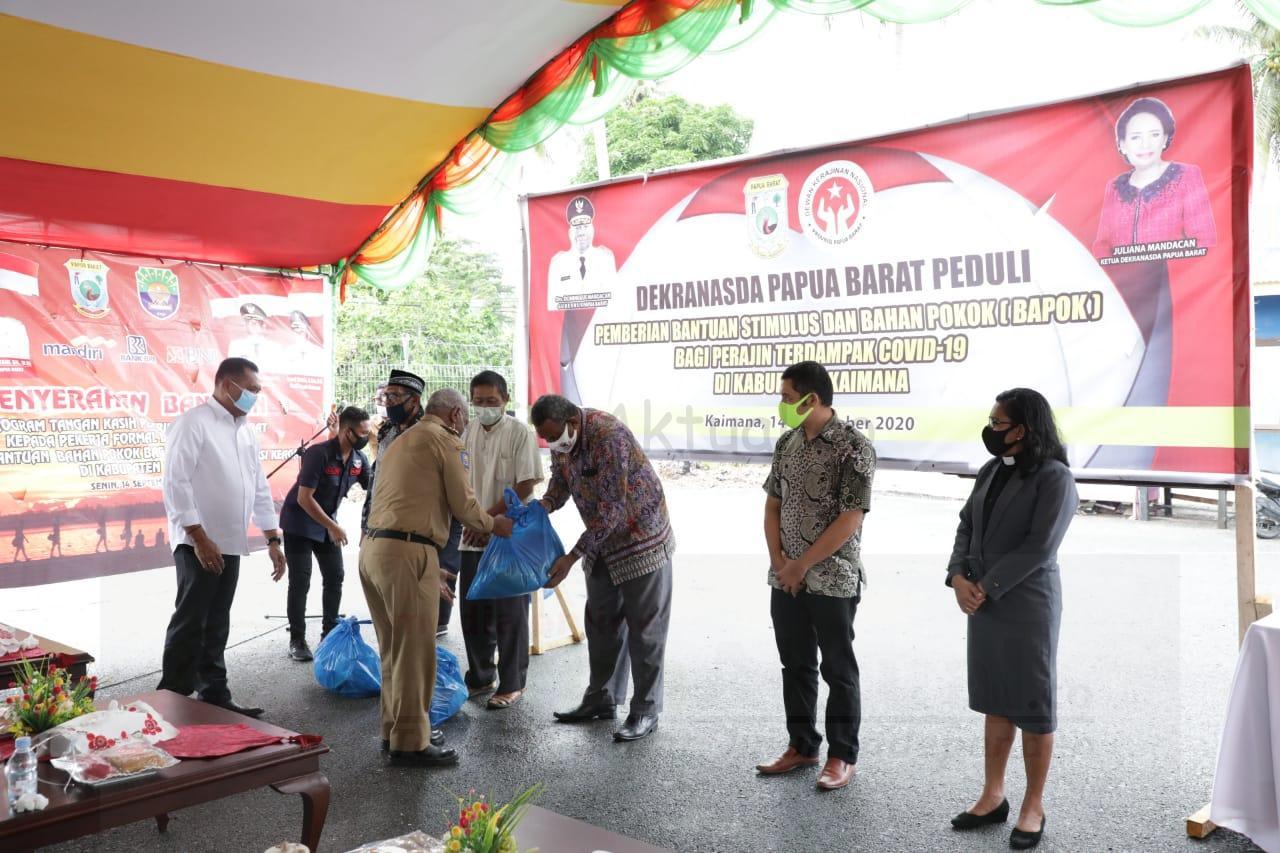 Gubernur Serahkan Bantuan Tunai Untuk 3.784 Pekerja Formal Dan Informal di Kaimana 2 IMG 20200914 WA0103