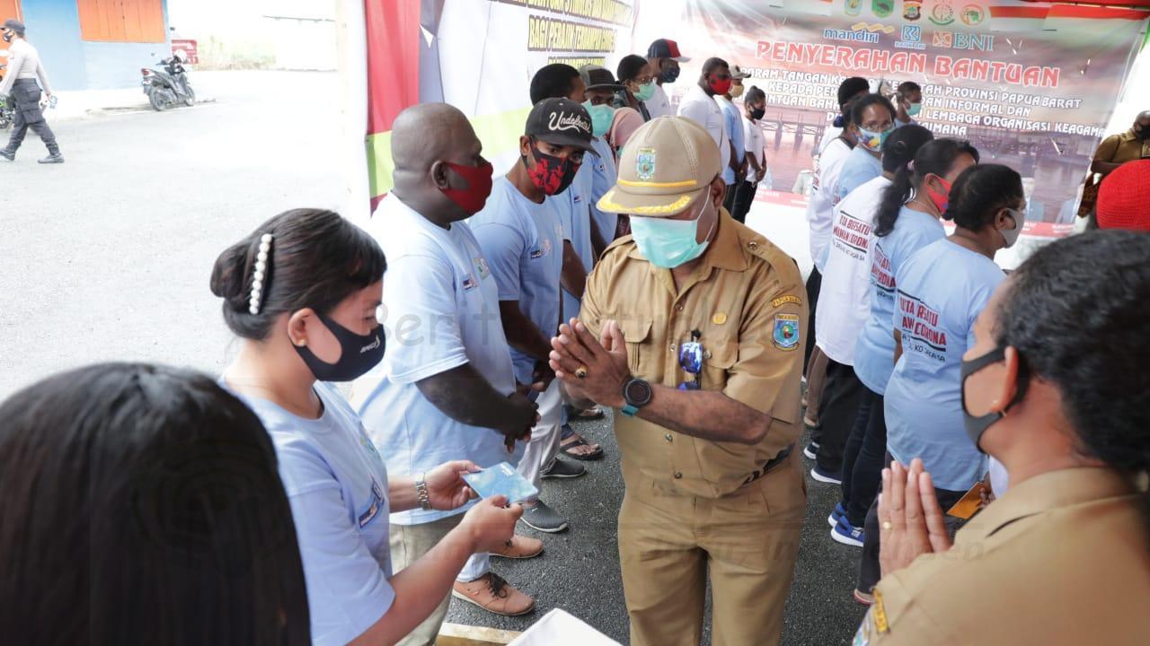Gubernur Serahkan Bantuan Tunai Untuk 3.784 Pekerja Formal Dan Informal di Kaimana 1 IMG 20200914 WA0104