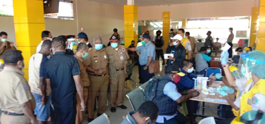 Ini Alasan Gubernur Sidak Mendadak di Posko Covid-19 Bandara Rendani Manokwari 23 IMG 20200928 WA0036