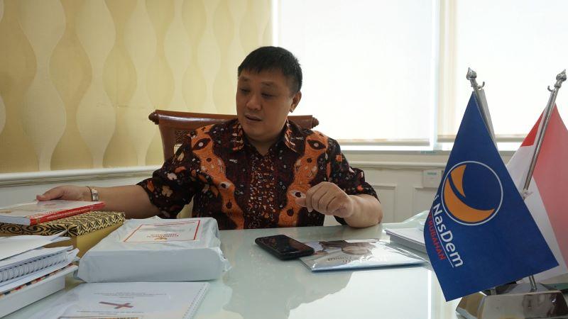 Rico Sia Siap Kawal Program Tabung Listrik di Papua Barat 3 rico sia meja kerja1