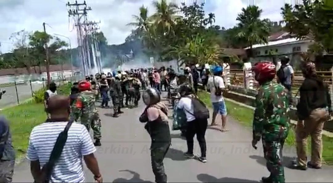 Tak Terima Dibubarkan Polisi Saat Gelar Aksi Jelang 1 Desember, Kompleks Mall Ramayana Sorong Ricuh 1 20201127 180038