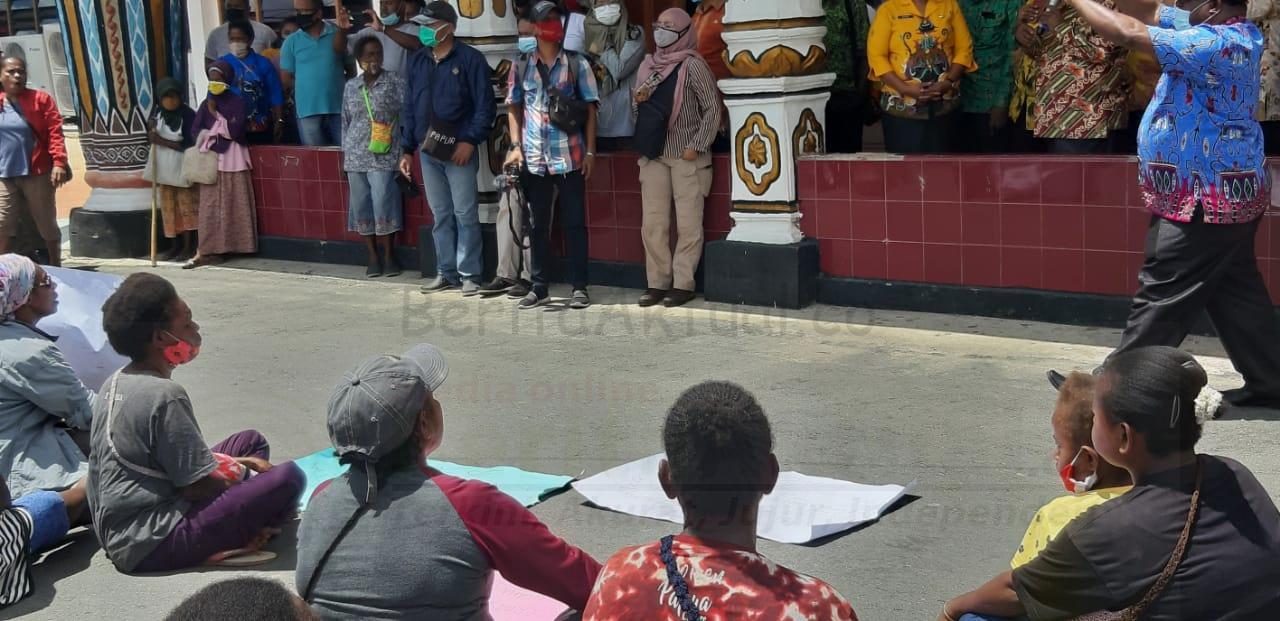 Merasa Tidak Diperhatikan, Mama Mama Pedagang Asli Papua Gelar Unjuk Rasa di Kantor Walikota Sorong 4 IMG 20201112 WA0013