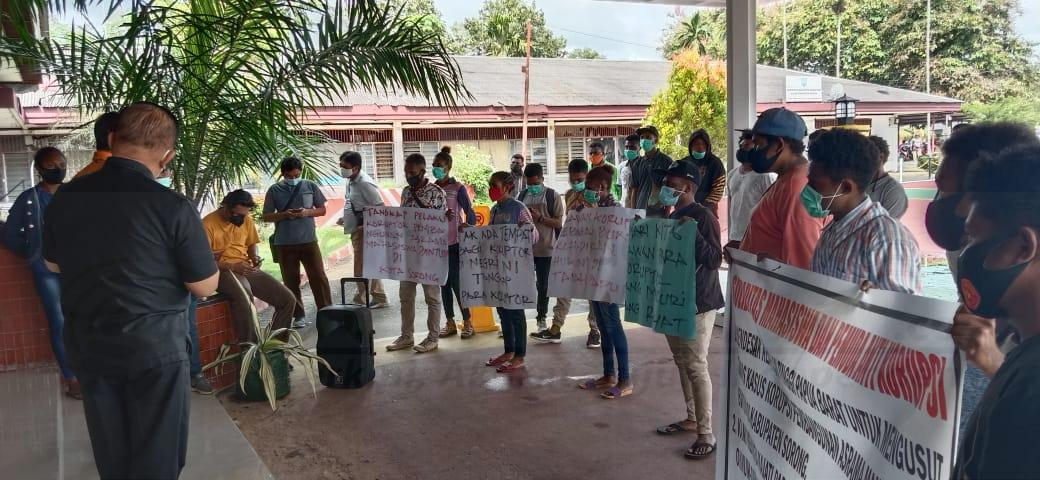 Massa Demo Desak Kejari Sorong Tangkap 2 Tersangka Kasus Korupsi Pembangunan Asrama Bintuni 3 IMG 20201217 WA0021
