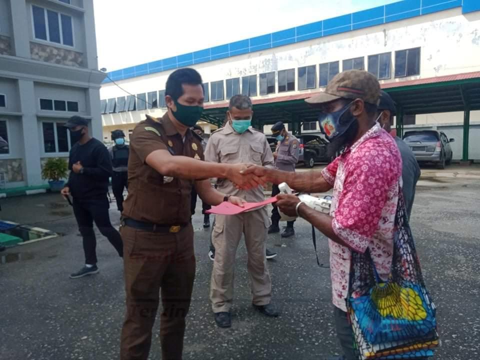 Massa Demo Desak Kejari Sorong Tangkap 2 Tersangka Kasus Korupsi Pembangunan Asrama Bintuni 4 IMG 20201217 WA0022