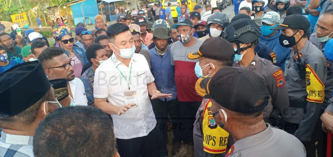 Polisi Bubarkan Massa Saat Pleno Rekapitulasi Pilkada Kabupaten Kaimana 5 IMG 20201217 WA0038