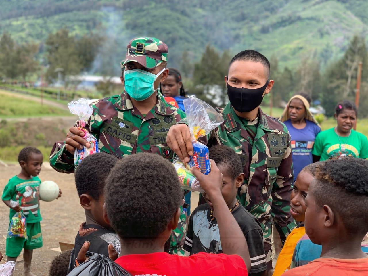Prajurit Raider 500/Sikatan Bagi Bingkisan Untuk Anak Sekolah Minggu di Distrik Sinak Papua 17 IMG 20201224 WA0069