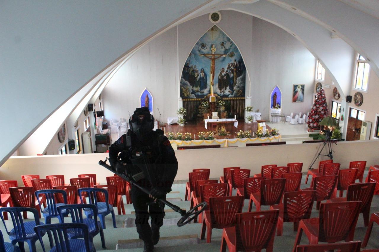 Sebelum Ibadah Natal, Brimob Polda Papua Barat Sterilkan 17 Gereja di Manokwari 1 IMG 20201224 WA0076