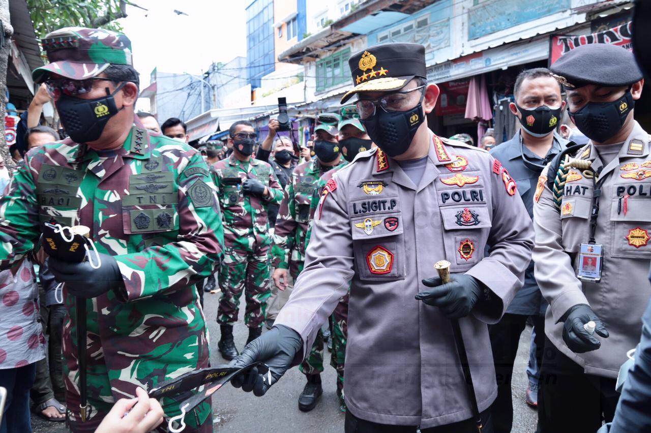 Panglima TNI dan Kapolri Bagikan Masker di Pasar Tanah Abang 26 IMG 20210131 WA0077