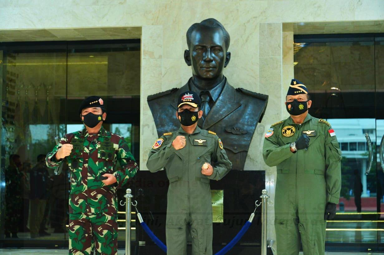 Kapolri Dianugerahi Wing Kehormatan Penerbang dan Brevet Kapal Selam Hiu Kencana 1 IMG 20210107 202521