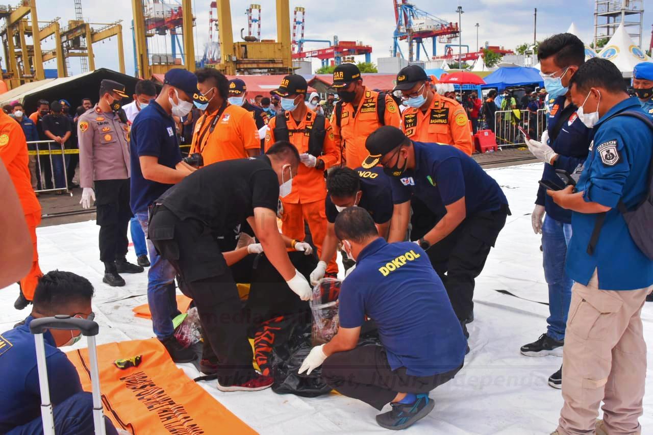 KRI Tjiptadi, KN Gelatik dan RIB 02 Banten Evakuasi Enam Body Part Korban 4 IMG 20210111 015412