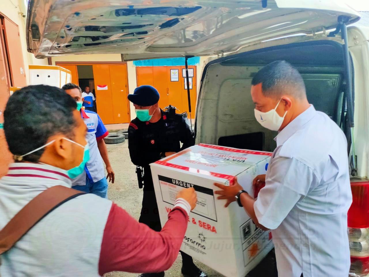 Tiba di Kota Sorong 2.600 Vaksin Sinovac Dikawal Langsung Batalyon B Pelopor dan Subden 2 Gegana 1 IMG 20210114 163600