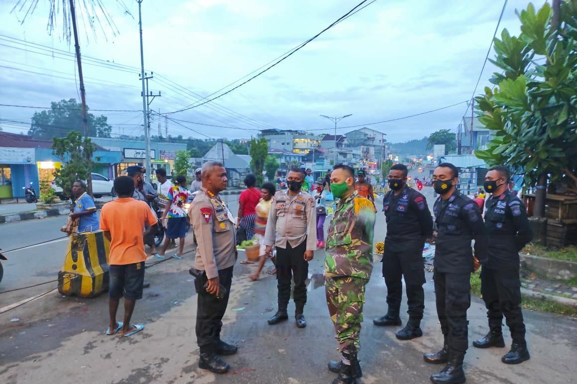 Brimob Polda Papua Barat Pertebal Pengamanan di Pasar Tingkat 2 IMG 20210118 234048