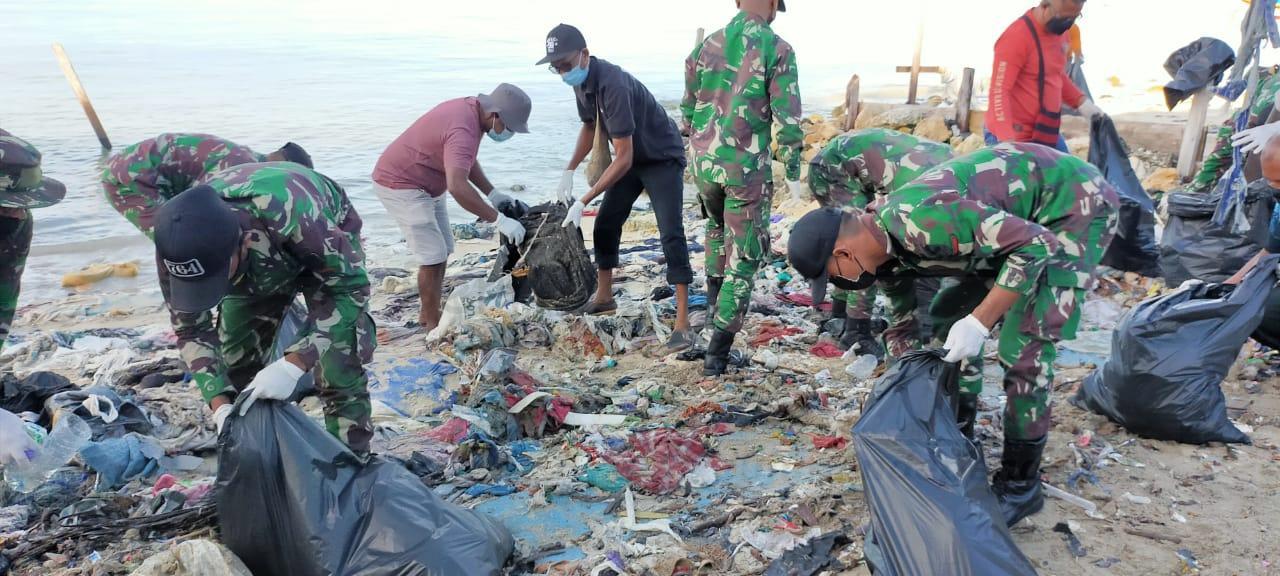 Peringati HPN Dan Sambut HSN, PWI Kaimana Gandeng TNI POLRI Bersihkan Pantai Kampung Seram 4 IMG 20210220 WA0018