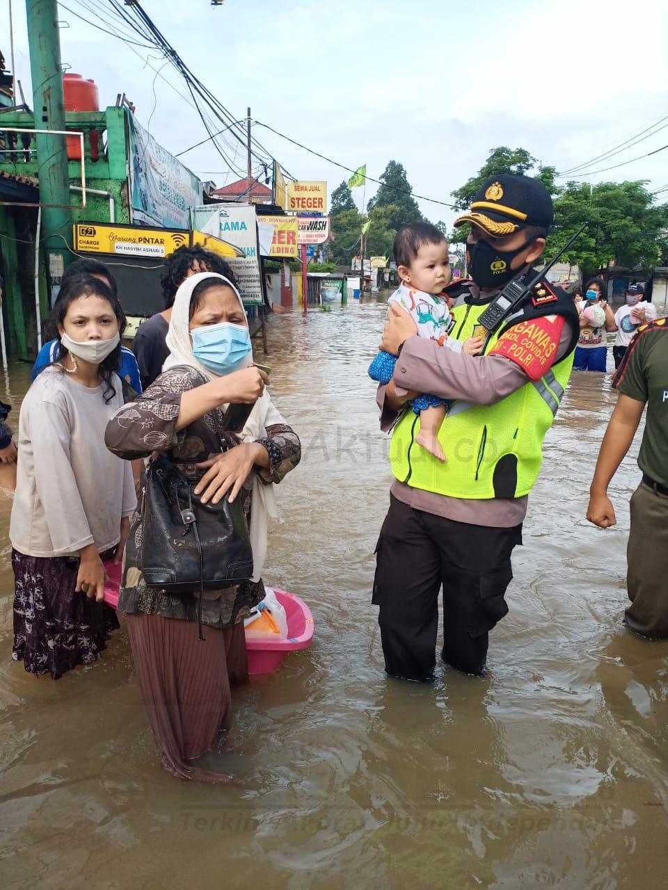 TNI-Polri Evakuasi Korban Banjir di Setiap Titik Wilayah DKI Jakarta 3 IMG 20210221 WA0037