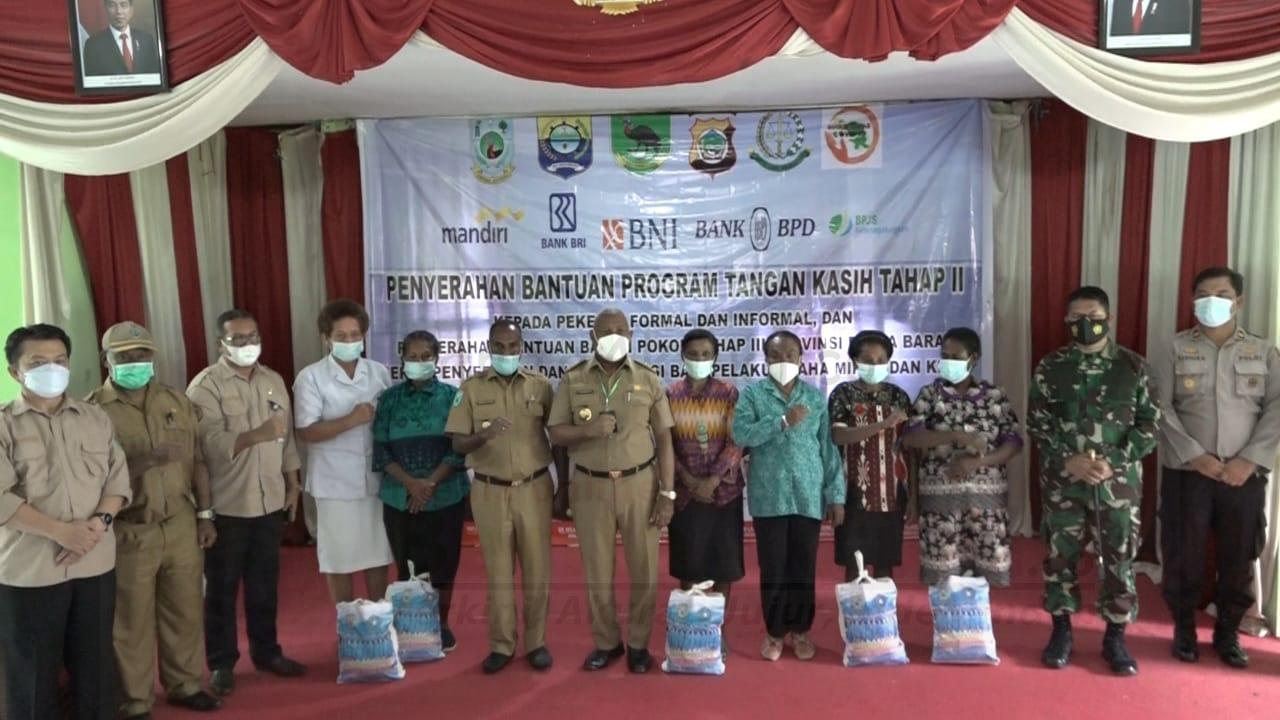 Gubernur Papua Barat, Menyerahkan Bantuan Tangan Kasih, Bapok dan Dana Stimulus UMKM di Tambrauw 1 IMG 20210302 WA0085 1