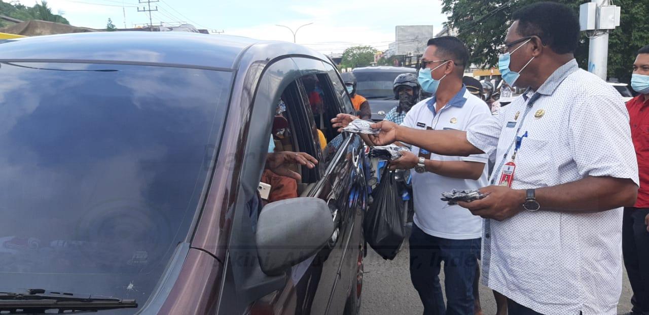 Ingatkan Warga Jaga Prokes, Sekda Kota Sorong Turun ke Jalan Bagi Masker 4 IMG 20210305 WA0040