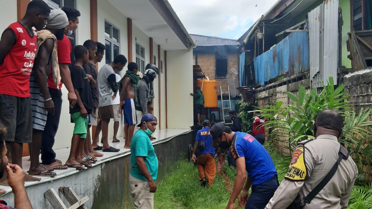 Diduga Korslet, 6 Unit Rumah di Distrik Malawei Kota Sorong Hangus Terbakar 4 IMG 20210428 WA0035