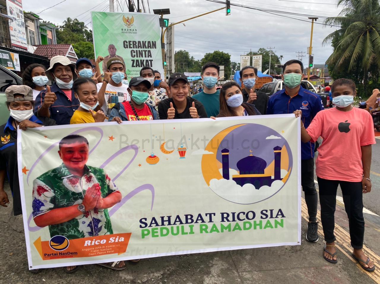 Sahabat Rico Sia di Manokwari Bagi Ratusan Takjil ke Pengguna Jalan Lampu Merah Haji Bauw 4 IMG 20210508 WA0056