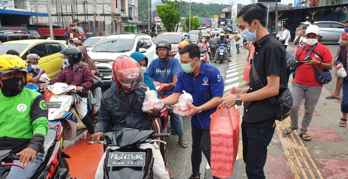 Sahabat Rico Sia di Manokwari Bagi Ratusan Takjil ke Pengguna Jalan Lampu Merah Haji Bauw 1 IMG 20210508 WA0057