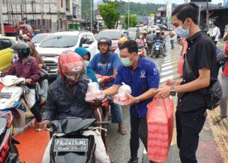 Sahabat Rico Sia di Manokwari Bagi Ratusan Takjil ke Pengguna Jalan Lampu Merah Haji Bauw 10 IMG 20210508 WA0057