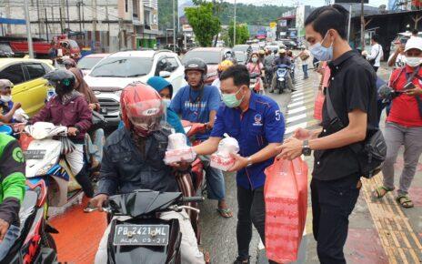 Sahabat Rico Sia di Manokwari Bagi Ratusan Takjil ke Pengguna Jalan Lampu Merah Haji Bauw 4 IMG 20210508 WA0057