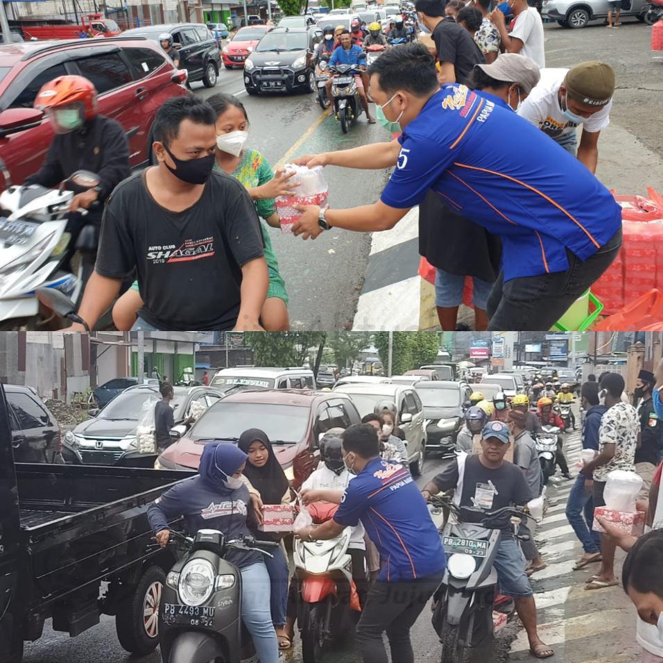 Sahabat Rico Sia di Manokwari Bagi Ratusan Takjil ke Pengguna Jalan Lampu Merah Haji Bauw 2 IMG 20210508 1